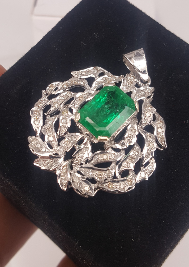 18k white gold Natural Emerald and Diamonds Pendent.