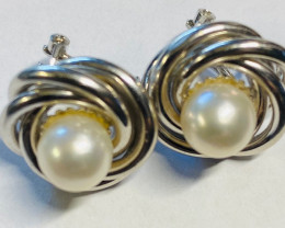 8.921 Grams 18 K  White Gold Pearl earrings L 902