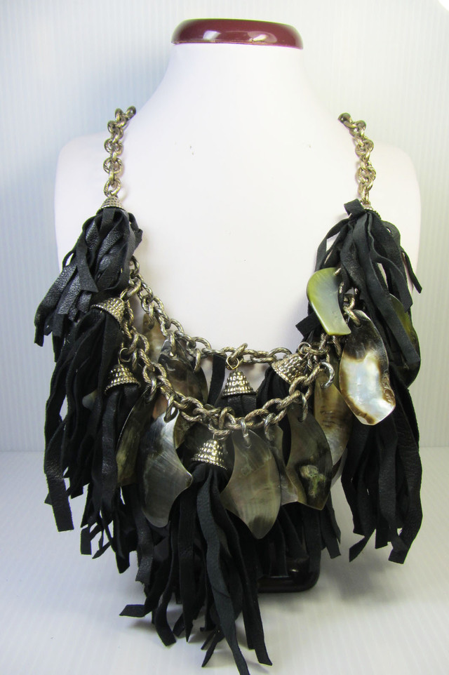 WILD  PEARL SHELL   STYLE  NECKLACE    QT189