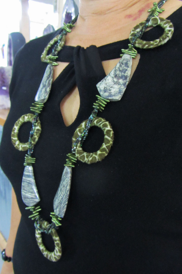LONG OLIVE STYLE   NECKLACE    QT245