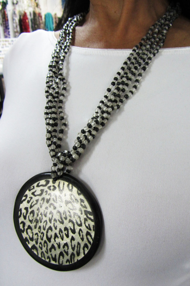 LARGE FOCAL  FASHION  STYLE  NECKLACE    QT 429