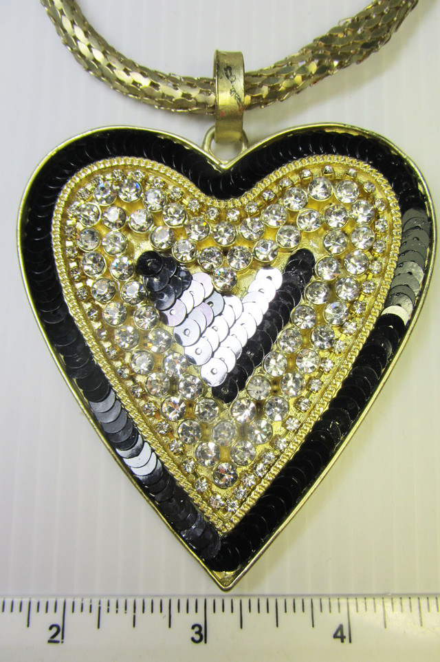 BK SEQUINCE  HEART DESIGN CREATIVE NECKLACE QT 122