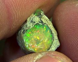 8.60 cts Ethiopian Welo PINFIRE rough opal N6 4,5/5
