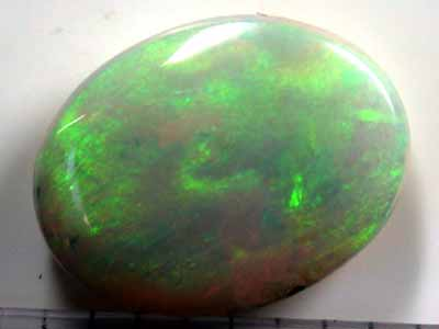 CABOCHON BRIGHT OLIVE GREEN FLASH OPAL 3.0CTS L1560