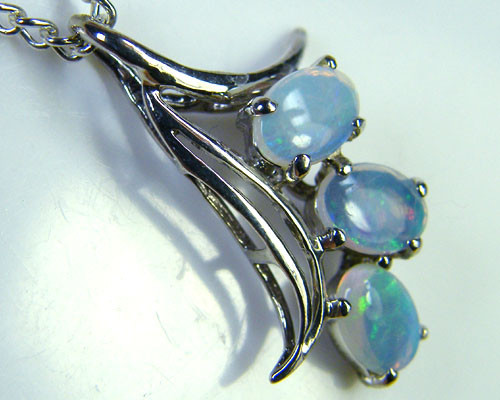 SOLID   FIRE  OPAL   CLUSTER   PENDANT    NA 256
