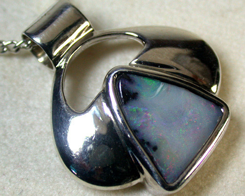 GREEN FLASH BOULDER OPAL PENDANT 7 CTS SCA1175