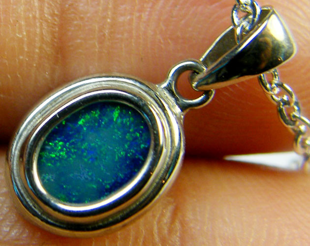 GREEN FLASH DOUBLET OPAL PENDANT 18K WHITE GOLD 1CT SCA1894