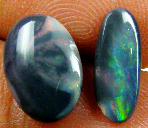 PAIR RED AND GREEN FLASH BLACK OPAL 2.50 CTS QOM 235