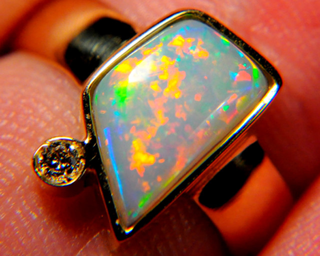 WOMAN'S OPAL RING, 18K SOLID GOLD SIZE 7.75, 4.57 GRAMS