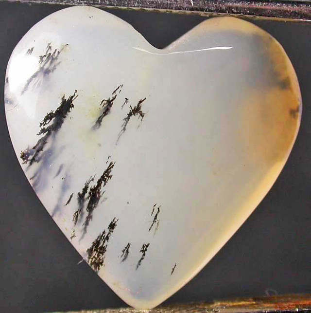 PERU HEART STONE WITH DENDRITIC INC 13.50 CTS [VS5135]