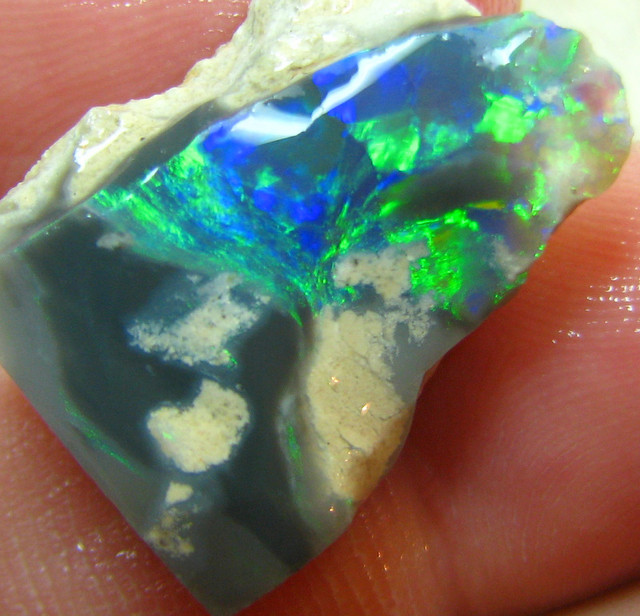 VERY BRIGHT ELECTRIC COLORPLAY BLACK OPAL ROUGH RUB 12.65CTS