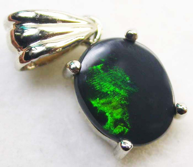 BLACK OPAL PENDANT 18 K  WHITE GOLD   CK 180