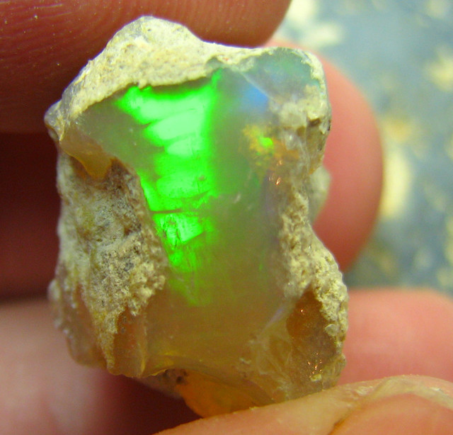 TOP PIECE ETHIOPIAN WELO ROUGH OPAL 21.80 CTS SEE THE VIDEO
