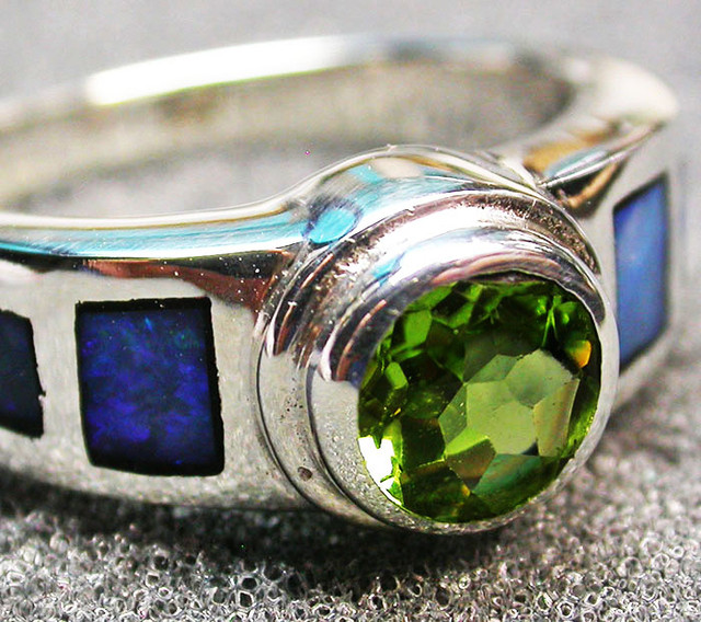 7 RING SIZE INLAYED SILVER OPAL RING WITH PERIDOT [SOJ2045]