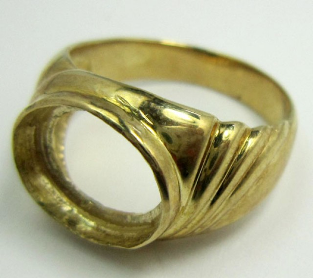LARGE 9 K GOLD RING SIZE 7.5    PL 702