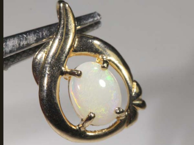 WHITE OPAL PENDANT WITH SILVER METAL AND GOLD PLATING 6.95 CTS   OF-1033