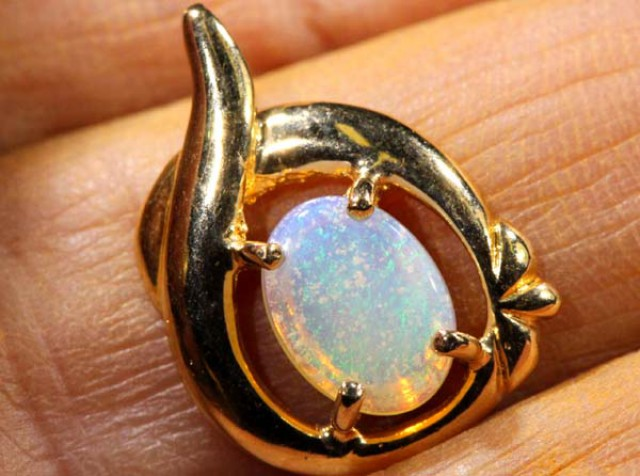 WHITE OPAL PENDANT WITH SILVER METL AND GOLD PLATING 7.10 CTS   OF-1035