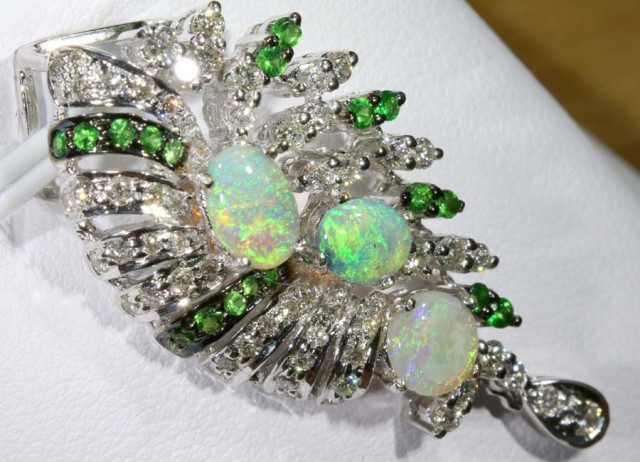 DESIGNED OPAL PENDANT SOLID GOLD AND DIAMONDS 38.40 cts   GC