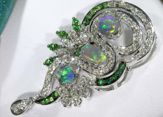 DESIGNED OPAL PENDANT SOLID GOLD AND DIAMONDS 38.85 cts   GC
