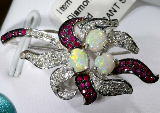 DESIGNED OPAL PENDANT SOLID GOLD AND DIAMONDS  36.50 cts   GC