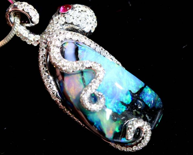 BEAUTIFUL OCTOPUS IN BLACK OPAL GOLD PENDANT 40   CTS  GC