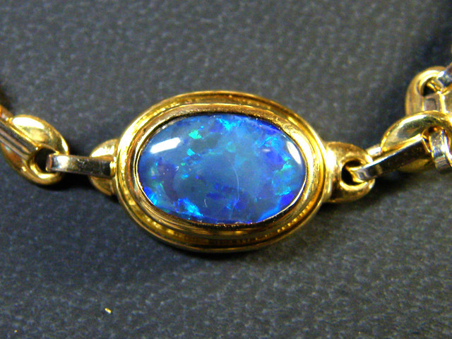 18 K GOLD CHAIN BRACELET WITH OPAL 13.76  GRAMS  L 439