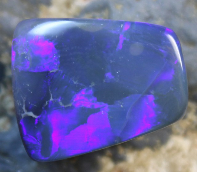 12.30 CTS BLACK OPAL ELECTRIC BLUE FLASHES STONE D569