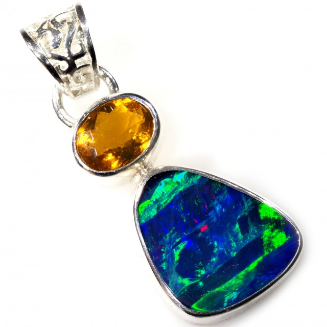 DOUBLET OPAL WITH MEXICAN OPAL SET IN PENDANT [SOJ5904]