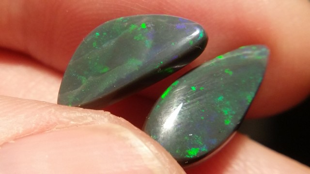 4.45cts(Twin pieces) Lighting Ridge Solid Gem Black Opal Multiple Gem color