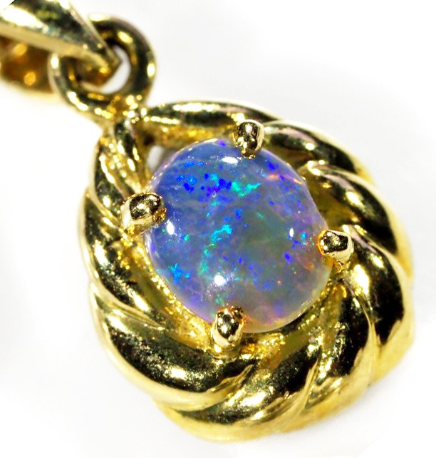 SMALL BRIGHT CRYSTAL  OPAL PENDANT  18 K  GOLD   CK 334