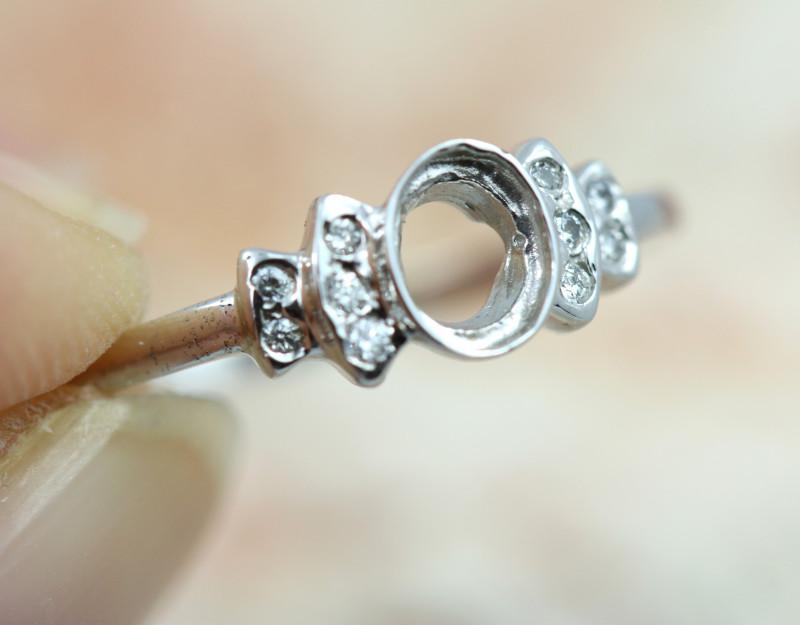 1.385 grams White Gold 14k  gold Ring size 7   NA 553
